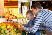 Family at the market — Stockfoto