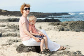 Famiglia in spiaggia hawaiana — Foto Stock
