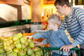 Family at the market — Stock Photo