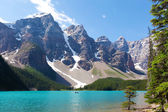 Boating at moraine lake — Stock Photo