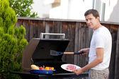 Uomo grigliare cibo — Foto Stock