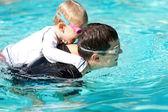 Família na piscina — Foto Stock