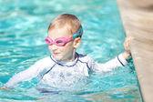 Niño nadando — Foto de Stock