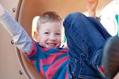 Kind auf spielplatz — Stockfoto