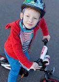 малыш верхом велосипед — Стоковое фото