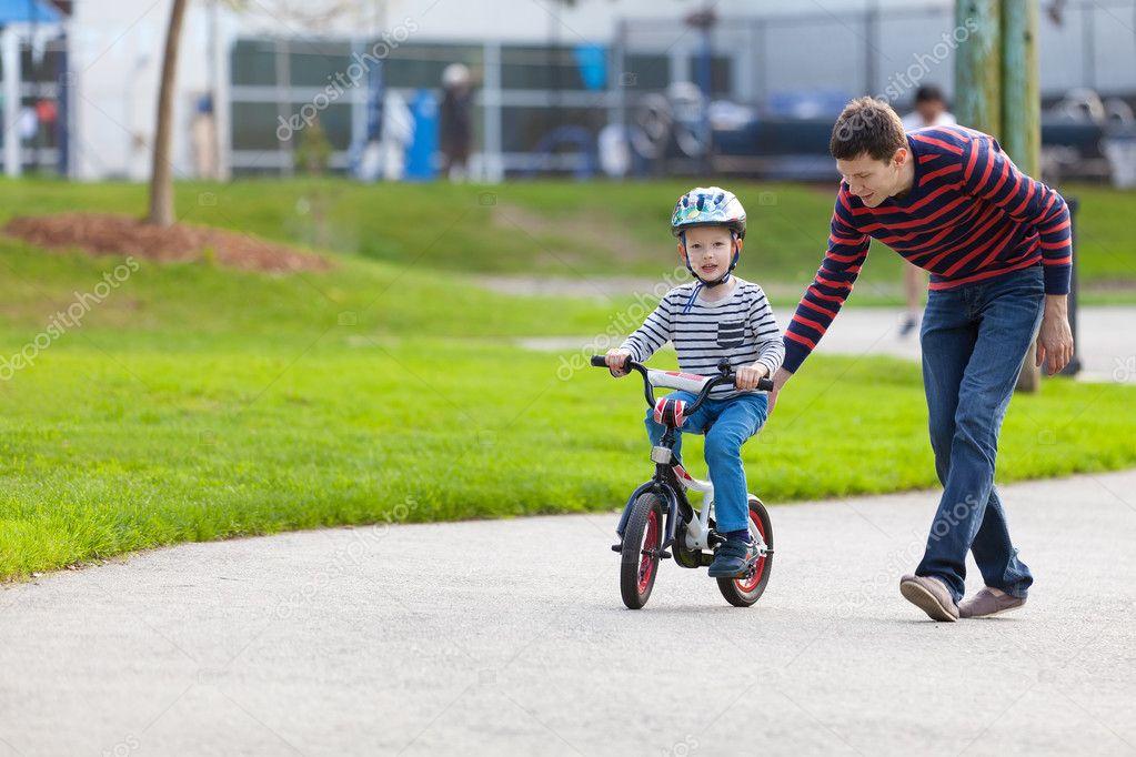 Enseñar A Los Chicos A Andar En Bici: Foto De Stock © Noblige #42376849