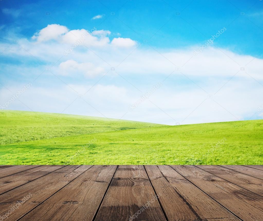 蓝蓝的天空和木地板
