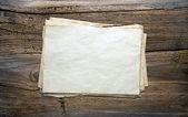Vecchi documenti su fondo in legno — Foto Stock