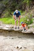 Père et fils en regardant des empreintes de dinosaures fossilisés. Dinosa — Photo