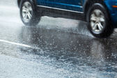 Auto su strada bagnata — Foto Stock