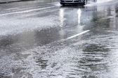 вождение в затопленной улице — Стоковое фото