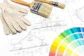 Borstar handskar och färg prover över huset plan på bakgrund — Stockfoto