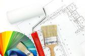油漆滚筒、 画笔和颜色样本 — 图库照片