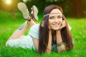Hippi kız yeşil çimenlerin üzerinde — Stok fotoğraf