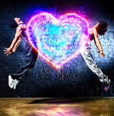 Young couple jumping — Stockfoto