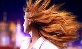 Genç kadın saç sallayarak — Stok fotoğraf