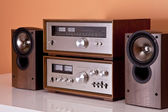 Vintage hi-fi Stereo Amplifier tuner and speakers in wooden cabi — Foto de Stock