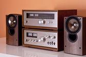Vintage hi-fi stereo amplifikatör tuner ve ahşap cabi hoparlörler — Stok fotoğraf
