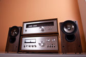 Vintage hi-fi Stereo Amplifier tuner and speakers in wooden cabi — 图库照片