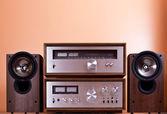 Sintonizador vintage hi-fi estéreo amplificador e alto-falantes em cabi de madeira — Foto Stock