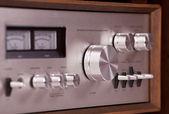 Vintage amplificador estéreo de alta fidelidade em armário de madeira — Foto Stock