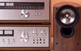 Vintage amplificateur stéréo hi-fi tuner et enceintes de cabi en bois — Photo