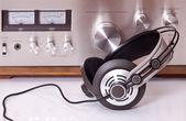 Casque relié à des appareils audio stéréo — Photo