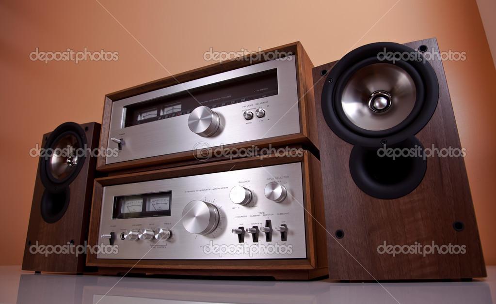 Amplificatore stereo hi fi vintage sintonizzatore e casse in legno cabi foto stock 12705380 - Impianto stereo per casa ...