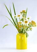 Mooi boeket veldbloemen — Stockfoto