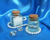 Composición de spa con perlas de color blanco en la seda azul — Foto de Stock