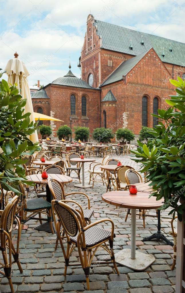 Empty outdoor cafe on the background of the Dome Cathedral in Riga, Latvia — Stock Photo #16206751