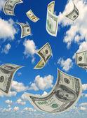 Geld in den himmel, vertikale zusammensetzung. — Stockfoto