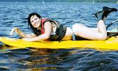 Uśmiechnięta dziewczyna leży na surfingu — Zdjęcie stockowe