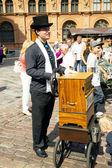 Een man speelt het draaiorgel — Stockfoto