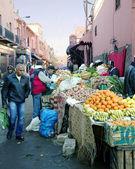 On the narrow streets of old Medina in Marrakesh, Morocco — Stockfoto