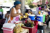 ヒスパニックの女性、準備された食事を販売しています。 — ストック写真