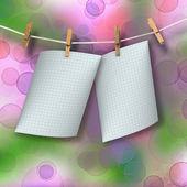 Revisar las hojas colgando de una cuerda y pinzas para la ropa en el resumen — Foto de Stock