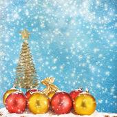 Noel ağacı ile topları ve hediye torbaları üzerinde kar arka plan abstr — Stok fotoğraf