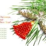 松枝与锥体和上雪 backgro 红色圣诞铃 — 图库照片