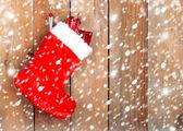 Avvio di natale rosso con doni sulla parete di fondo in legno — Foto Stock