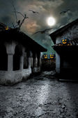 Abóboras de halloween no quintal de uma casa velha à noite na b — Foto Stock