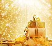 Gift box in gold wrapping paper — Fotografia Stock