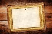 木製の背景に紙の古いシート — ストック写真