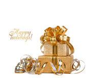 Schöne geschenk-box in gold packpapier isoliert auf einem weißen b — Stockfoto