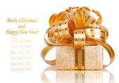 όμορφη συσκευασία δώρου σε χρυσό περιτύλιγμα απομονωμένη σε ένα λευκό β — Φωτογραφία Αρχείου