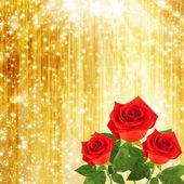 Rosso rosa con foglie verdi sullo sfondo astratto oro — Foto Stock
