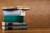 σωρό των παλαιών βιβλίων σε ένα όμορφο ξύλινο τραπέζι — Φωτογραφία Αρχείου