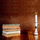 Starý stoh knih s svícen — Stock fotografie