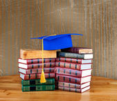 Graduation mortarboard on top of stack of books — Foto Stock