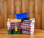 Mortarboard on  stack of books — Stockfoto
